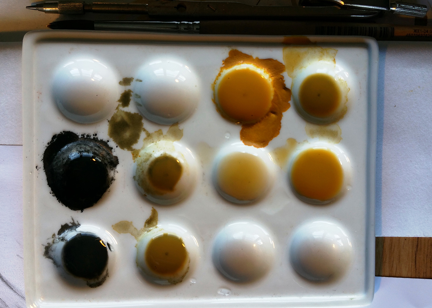 English ochre and black - colour palette